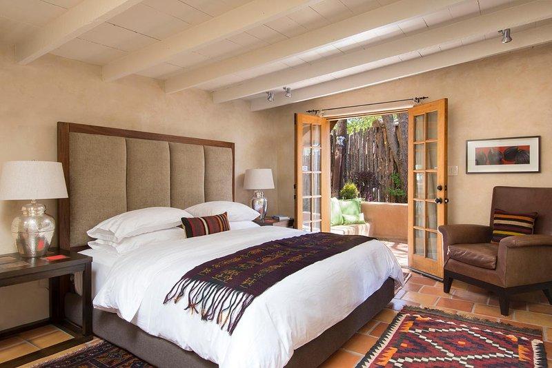 A segunda suíte King com o seu pátio privado. Os quartos estão em extremos opostos da casa para uma excelente privacidade.