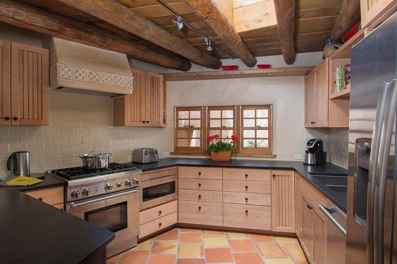 A cozinha tem a arte do cozinheiro chefe em mente e é tão totalmente equipada, que você vai querer para nada. aparelhos Thermador são um prazer de usar.