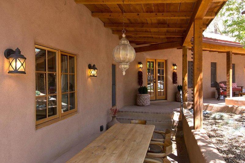 Uma longa portal corre o comprimento da frente da casa, então você tem três áreas de estar separadas ao longo do comprimento.