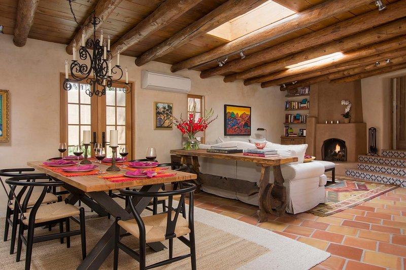 Do ponto de vista mais prático, observe a clarabóias, ar-condicionado e sistema de som em toda a casa que manter a sua faixa de conforto.