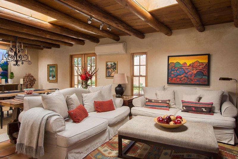 A obra de arte bonita é parte do que torna esta casa uma alegria para viver.