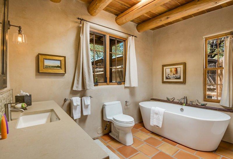 As amenidades de banho incluem: produtos de higiene pessoal ETRO grife, toalhas ECO (+ extras), e roupões, secador de cabelo, espelho de aumento.