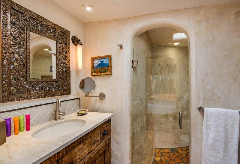 casa de banho privativa com todas as comodidades e um maravilhoso chuveiro original