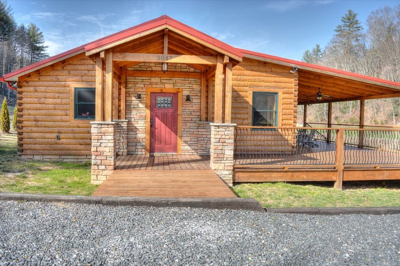 At One with the River-Amazing River Front 3 BR Cabin w/Fire Pit, Fishing, Wi-Fi,, holiday rental in Fleetwood