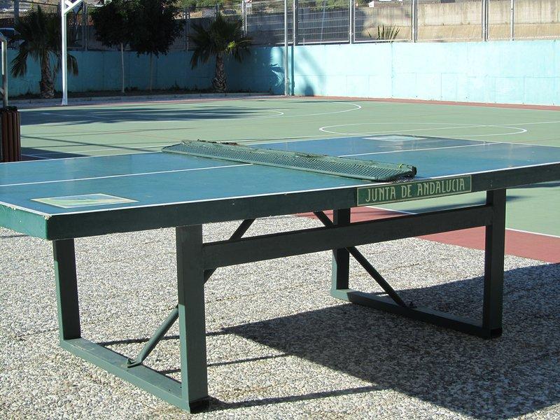tenis de mesa en la parte trasera del edificio de apartamentos