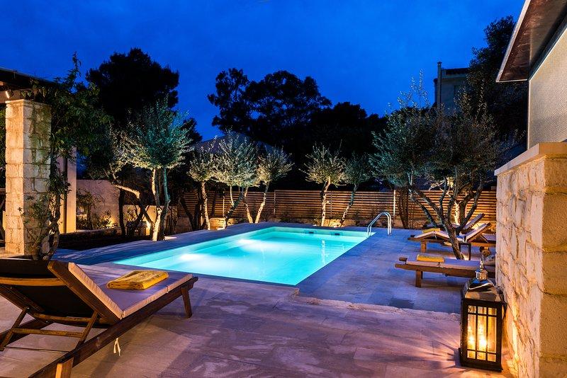 Entspannung am Pool, in einem schönen Garten mit Olivenbäumen