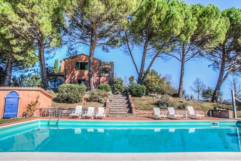 Villa with private pool at 8km from Amelia. Very quiet area and panoramic views, holiday rental in Montecastrilli