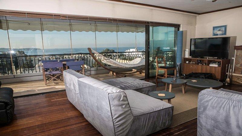 Sea view Athenian Riviera Penthouse next to the beach, casa vacanza a Voula
