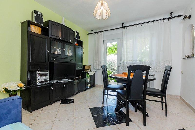 Beautiful apartment with big garden near beach, vacation rental in Kastel Novi