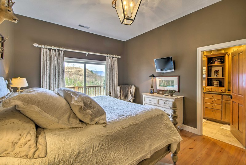 Das Schlafzimmer beherbergt ein Kingsize-Bett.