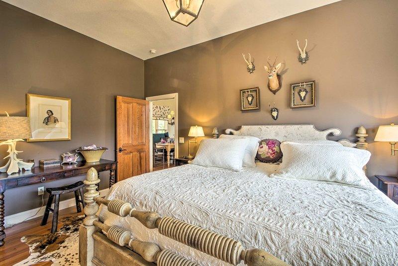 Zwei glückliche Gäste können das Schlafzimmer erreichen.