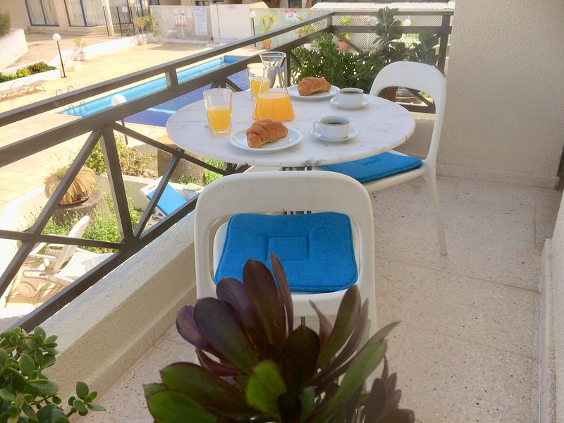 Olympian Pool view apt, great location 5 minute walk seafront and beaches., holiday rental in Acheleia