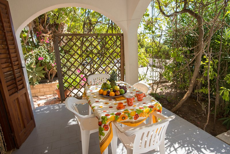 balcon meublé avec table et chaises