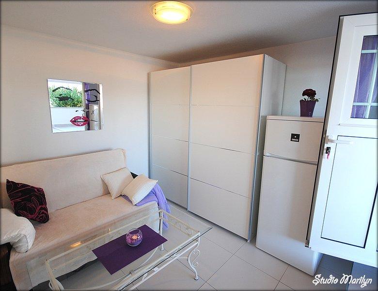 Wohnraum mit einer Couch für 3. Person