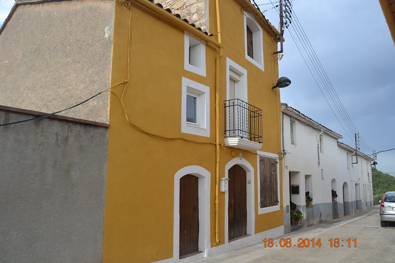 Spacious house with mountain view, vacation rental in El Bruc