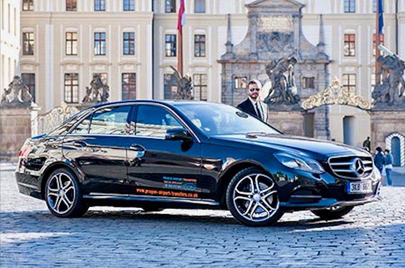 Nous organisons volontiers un taxi pour venir vous chercher de l'aéroport. Le prix est 25 Euro berline, monospace 35 Euro.