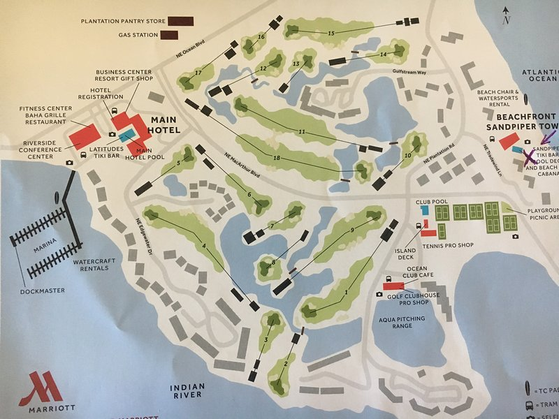 X marca nuestra ubicación en la playa y frente a las pistas de tenis y club de golf.