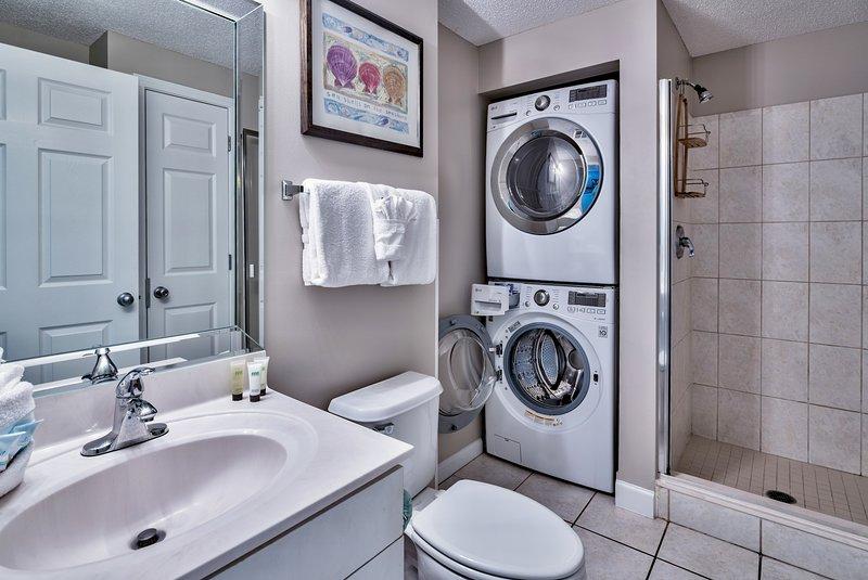Salle de bains invité. Marque nouvelle laveuse à chargement frontal LG / set sèche-linge.