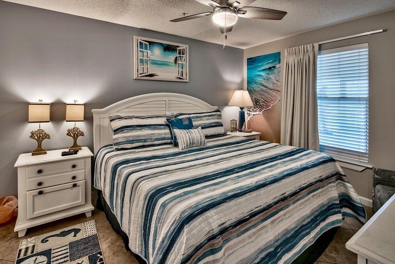 Chambre des maîtres avec lit supplémentaire de taille confortable roi.