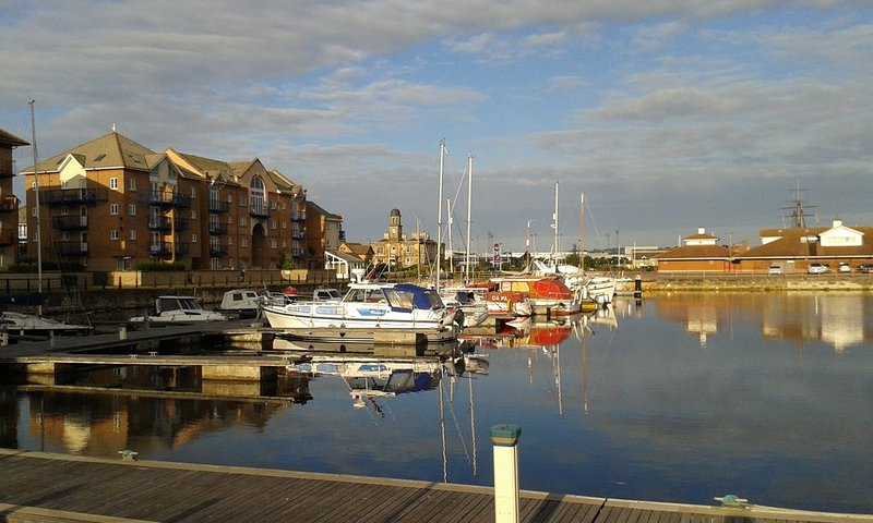 Spacious Front-line Apartment With Panoramic Marina Views, walking distance town, holiday rental in Norton