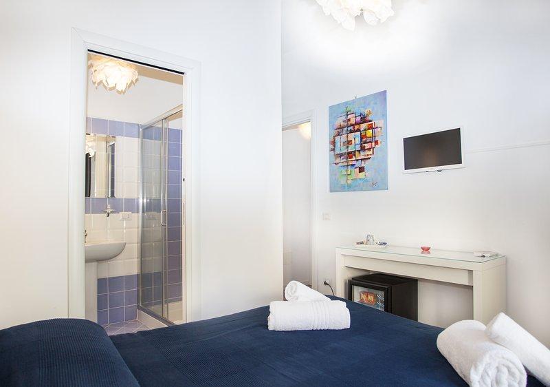 Schlafzimmer mit Doppelbett, im ersten Stock
