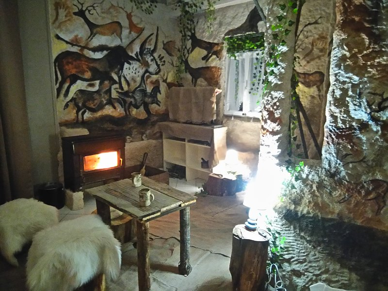 Reconstitution de l interieur d une grotte prehistorique, vacation rental in Archignac