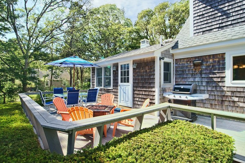 #606: GAME ROOM! Large backyard w/deck. 10-min walk to Nantucket Sound!, location de vacances à South Chatham