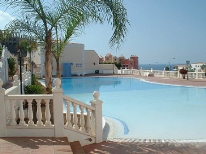 A Large Apt in Del Duque Benefiting From A Large Communal Pool and Free Wi-Fi, holiday rental in La Caleta