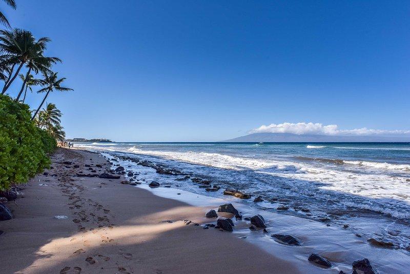La unidad frente al mar está a pocos pasos de la arena.