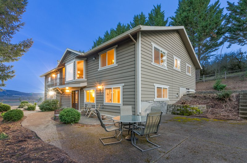 Rural Wine Country Getaway - Movie Theater - Local Wineries - 10 min to Downtown, vacation rental in Yamhill