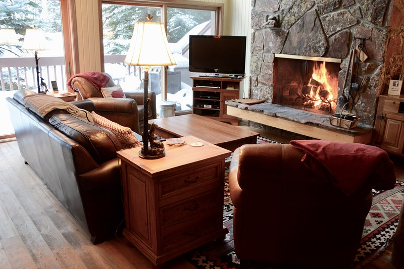 Living Area, 25' fireplace, Big screen TV, Nice mountain views