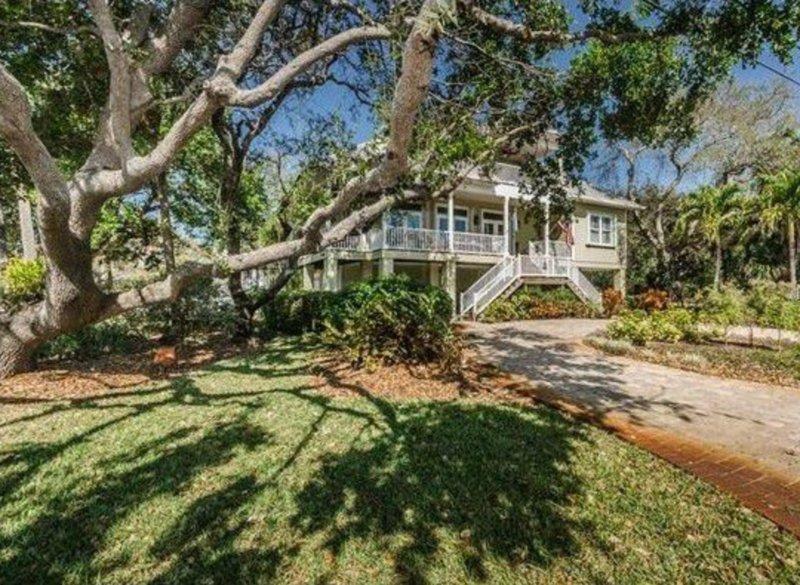 Maison classique Floride entouré de vieux chênes surplombant la baie de Hillsborough.