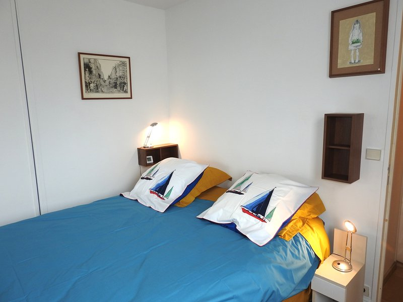 bedroom : kingsize bed  (private place for you)