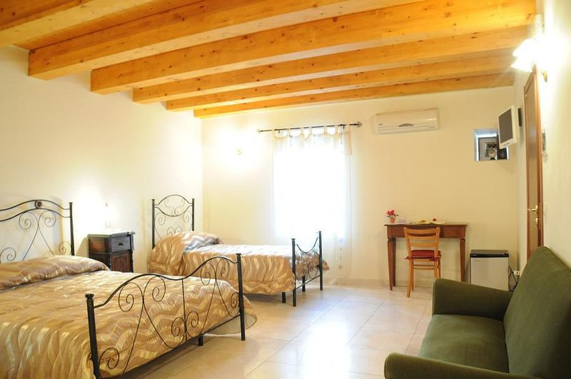 BB Il Principe (5 large rooms with private bathroom and common kitchen), holiday rental in Calatabiano