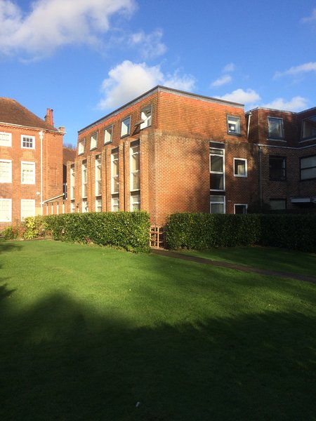 Spacious two bedroom Chichester city central apartment with parking, sleeps 4, vacation rental in Fishbourne