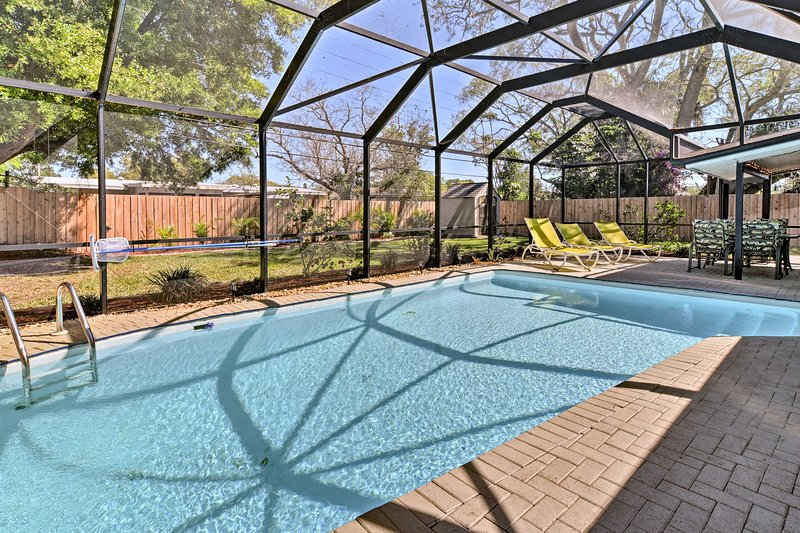 Cozy Seminole Home w/ Pool - Near Madeira Beach!, holiday rental in Seminole