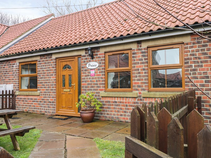 PRINCE COTTAGE, pet friendly, with a garden in Skinningrove, Ref 2835, casa vacanza a Brotton