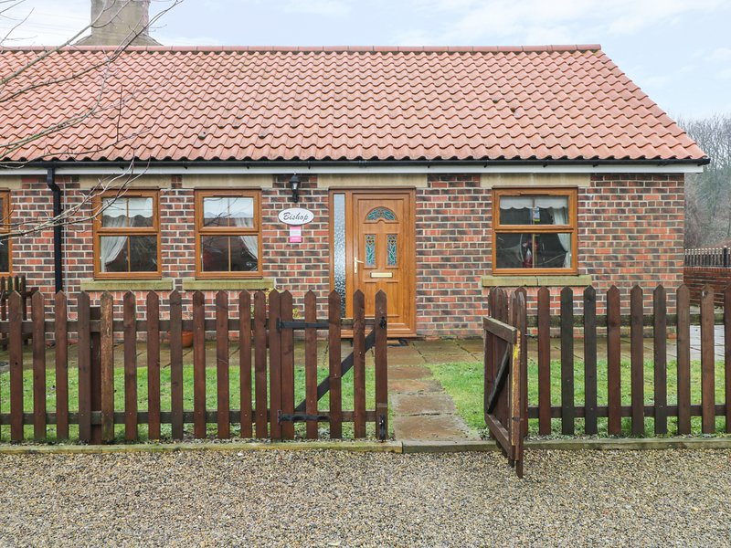 BISHOP COTTAGE, pet friendly, with a garden in Skinningrove, Ref 2834, casa vacanza a Brotton