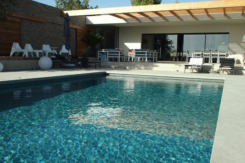 Villa contemporaine avec vue sur la pinède, holiday rental in Saint-Cannat