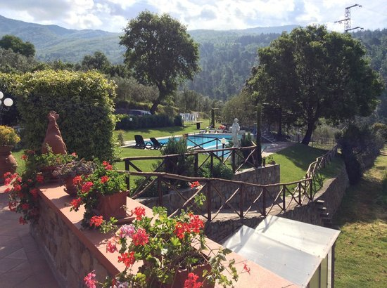 From the terrace measuring gaze over the pool and centuries-old forests of Secchieta to 1,200 meters.