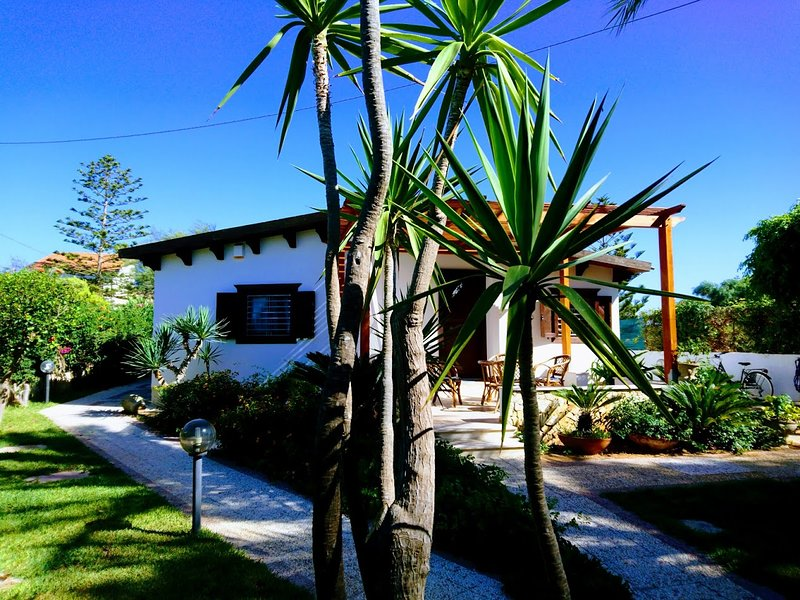 Villetta indipendente a 100 m. dal mare, vacation rental in Punta Secca