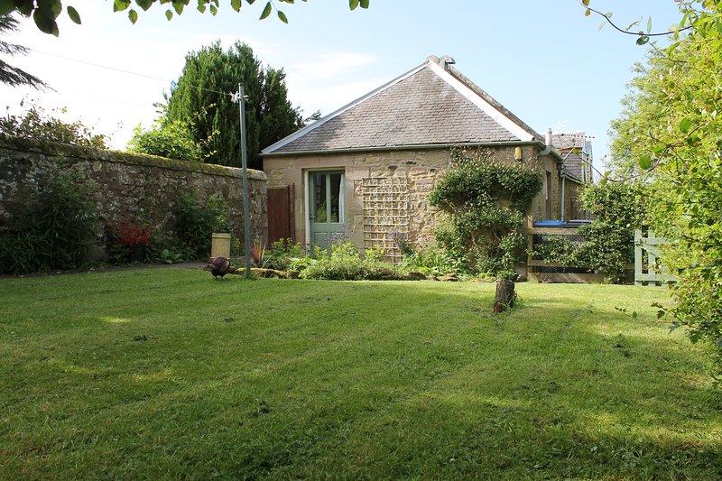 entrada Cottage madreselva y jardín cerrado orientado al sur.
