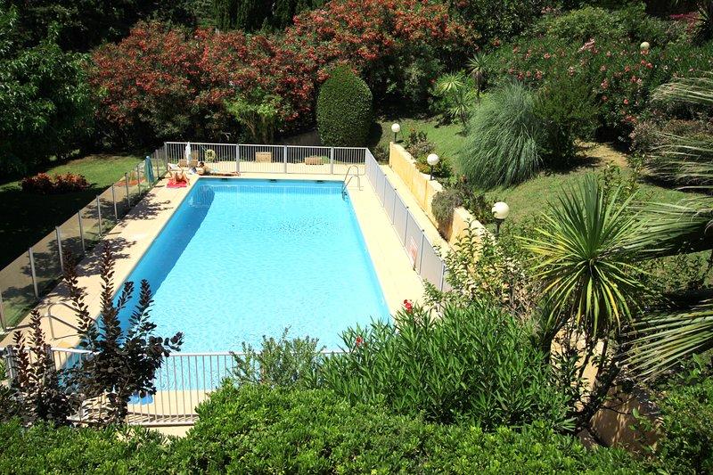 Beautiful pool and gardens (communal)