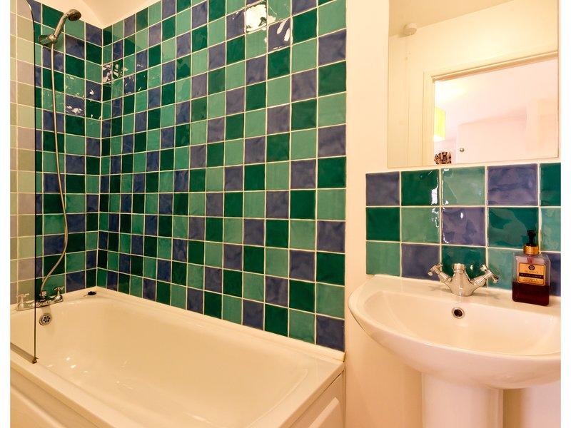 Il bagno ha una vasca dimensioni.