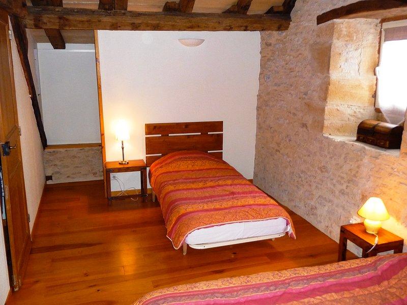 Chambre 2 avec 1 lit double et 1 lit simple.