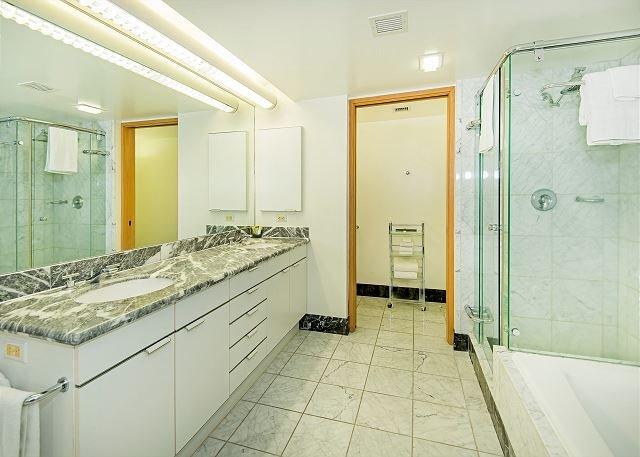 Principale Salle de bains avec douche et baignoire