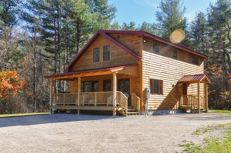 Retreat to this 5-bedroom, 2-bathroom vacation rental cabin in Bartlett!