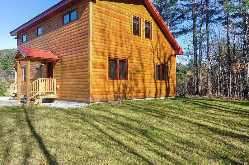 This 1,400 square foot cabin accommodates up to 10 guests.