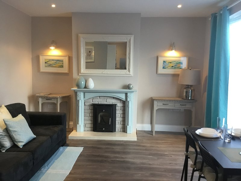 LUXURY, HOUSE. COMPLETELY REFURBISHED, BRIGHT AND SPACIOUS, 5 MIN WALK TO TOWN., vacation rental in Sligo