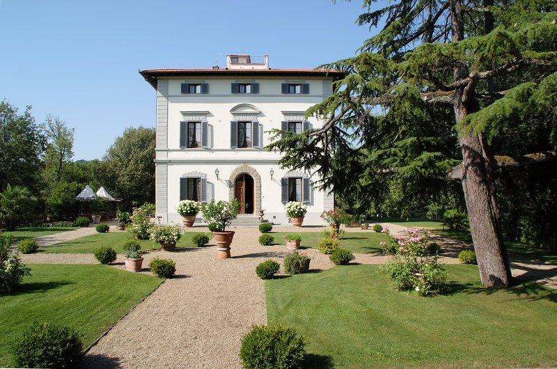 Villa in the heart of Tuscany Chianti area Large garden Panoramic luxury pool AC, holiday rental in Castelnuovo dei Sabbioni